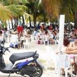 Cientos de personas se recrean en Boca Chica,sin mascarillas y sin distanacimianto fisico contra el Covid-19