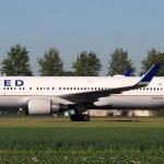 United Airlines advirte a casi la mitad de su fuerza laboral suspensiones con licencia este otoño.