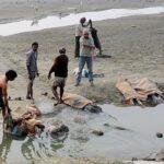 Detectan decenas de cadáveres flontando en el río Ganges en la India